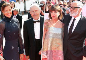 Červený koberec v Karlových Varech už tradičně okupovala řada českých i zahraničních celebrit.