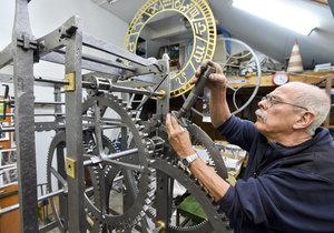 Takto orlojník Petr Skála na stroji pracuje v restaurátorské dílně.