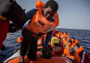 Loď španělské nevládní organizace Proactiva Open Arms z gumového člunu u libyjských břehů vzala na palubu 60 migrantů.