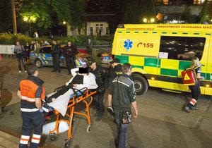 Před klubem Peklo v Karlových Varech se v noci strhla potyčka mezi návštěvníky a ochrankou. Na místě zasahovali policisté, několik lidí bylo zraněno