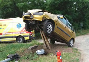 Na nehodu mezi Mutěnicemi a Hodonínem nejspíš nezapomenou záchranáři ani posádka osobáku. Opilá řidička (52) napíchla svůj renault na torzo sloupku.