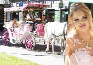 České Barbie jezdí v Karlových Varech v růžovém kočáře.