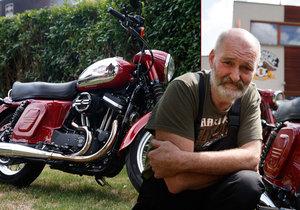 Bohuslav Menzl stojí za autorstvím unikátní motorky. Kdo by si pomyslel, že pod vzhledem klasické československé Jawy se skrývá nadupaný Harley-Davidson?
