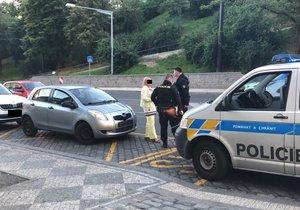 Auto na Bělehradské srazilo dvě 12leté dívky.