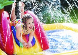 Menší děti se vyřádí v nafukovacím bazénu jehož součástí je skluzavka a vodotrysky.