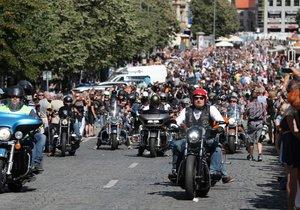 Spanilá jízda - Prahou v rámci oslav 115. výročí Harley-Davidson projíždějí tisíce motorek.