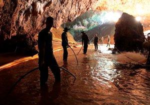 Evakuace začala kvůli hrozbě dalších dešťů a obavám, že se v jeskyni opět zvýší hladina vody.