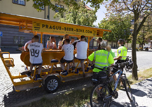 Městská policie hlavního města Prahy si došlápla na beer-bikery