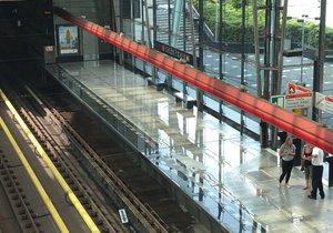 Dopravní podnik uzavřel vstup do metra na Střížkově, na nástupiště natekla voda.