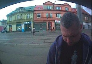 Policisté pátrají po muži, který v nestřeženém okamžiku odebral z bankomatu hotovost, která mu nenáležela.