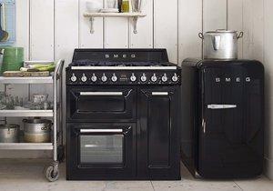Retro domácí spotřebiče se budou ve venkovní kuchyni skvěle vyjímat.