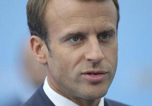 Francouzský prezident Emmanuel Macron čelí kvůli své absenci na pietě silné kritice.