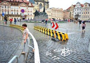 V historickém centru Prahy TSK na popud Prahy 1 nastříkalo bílé značení na chodník. Pražané jsou popuzeni.