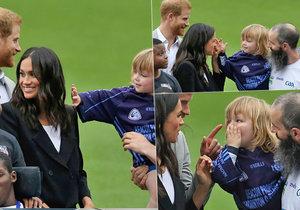 Prostě mu to nedalo. Malý chlapeček prozkoumal účes vévodkyně Meghan.