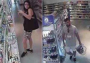 """Poznáte zloděje? V drogerii v Kyjově nakupovali """"za pět prstů"""""""