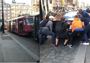 Audi zablokovalo tramvaje v centru Prahy.