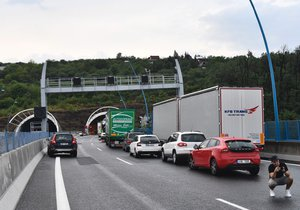 Nehoda dvou aut dopoledne komplikovala dopravu na Pražském okruhu. Tvořily se zde dlouhé kolony