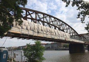 Oprava lávek na železničním mostě se zdrží: Kvůli zábradlí