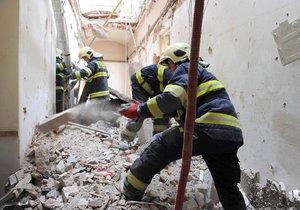 V Mikulandské ulici se zřítil strop a zavalil několik dělníků.