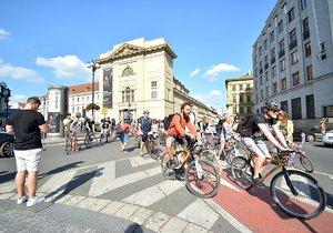 Závod přeškrtnutých kol přilákal přes sto Pražanů. Absurdním závodem upozornili na absurdní omezení cyklistů ze strany Prahy 1.
