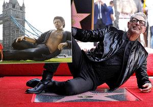 Obří socha Jeffa Goldbluma v Londýně upomíná na legendární scénu z Jurského parku.
