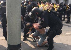 Z Holešovic na Letnou vyrazili fotbaloví fanoušci Opavy na zápas proti Spartě, po cestě zasahovali policisté.