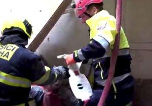 Zásah hasičů při záchranné akci zavalených dělníků v pražské Mikulandské ulici.
