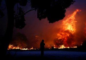 Počet obětí požáru východně od Atén stoupl na 79, informoval řecký hasičský sbor. Raněno bylo nejméně 187 lidí.
