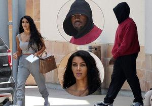 Nenalíčená Kim Kardashian s manželem Kanyem Westem odcházeli z nemocnice.