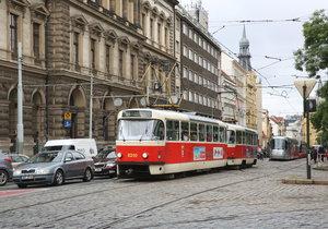 Srážka tramvají na Karlově náměstí: Zranil se muž (30), spoje stály v kolonách