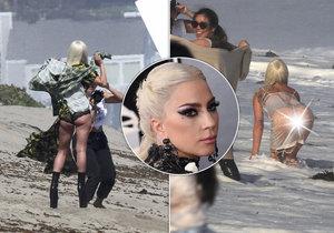 Lady Gaga se zapotila při focení na pláži, ale byla to pastva pro oči!