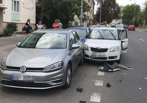 Silnice mu byla úzká! Řidič ve Vršovicích naboural pět zaparkovaných aut, nadýchal 0,3 promile