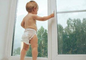 Na jižní Moravě evidují letos policisté už 10 pádů dětí z okna. (Ilustrační foto).