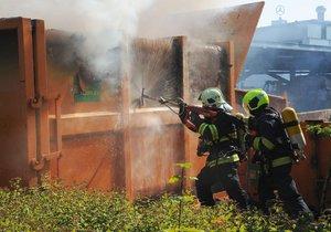 Na Chodově hořel lisovací kontejner. Hasiči nasadili do akce speciální zařízení