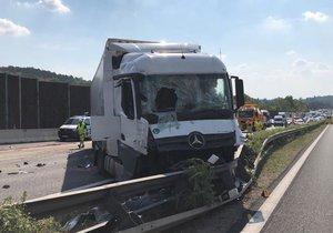 Nehoda tří náklaďáků ochromila dopravu na D1.