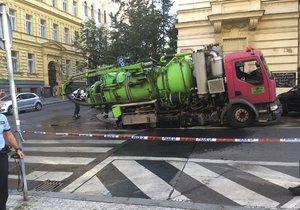 Pod autem se v Italské propadla vozovka.