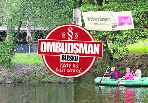 Na Vltavě poblíž Větřního kvete podivná živnost a úřady váhají.