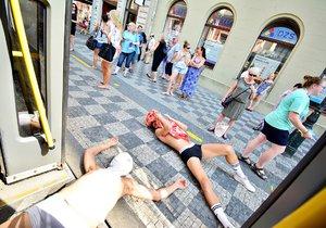 Prahou projela tramvaj polonahých mužů rozdávajících kondomy: Snažili se tím vzbudit zájem o HIV testování