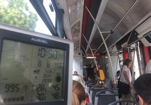 V tramvajích bez klimatizace je teplota srovnatelná s tou venkovní. Hodně ale napomáhají například otevřená okna, která pomáhají cirkulaci vzduchu a prostředí je tak snesitelnější.