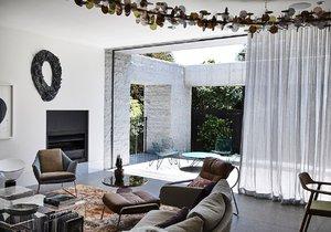 Kamenná rezidence ukrývá překvapivě příjemný interiér