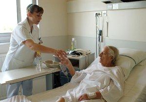 """Sestřičky se ve vedrech pečou u klientů i v nemocnici. """"Zažíváme maximální vypětí,"""" říká jedna z nich."""