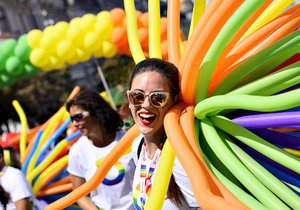 VIDEO: 40 tisíc lidí v duhovém průvodu Prague Pride: Do tance se dali i turisté