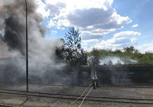 Z bývalé Poldovky se valil černý dým! Hořela skládka pneumatik, dva hasiče museli ošetřit