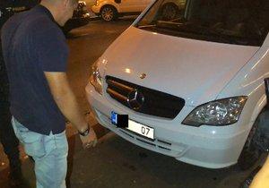 """Moldavan jezdil centrem s """"falešnou"""" značkou, mizely z ní číslice. Další jízdu mu policisté zakázali"""