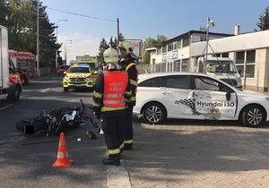 Vážná nehoda na Chodově: Motorkář skončil po srážce s autem na zemi, ulice byla neprůjezdná