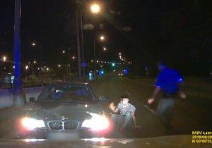 VIDEO: Chyť si mě, strážníku! Cizinec (27) ujížděl rychlostí 130 km/h, v Modřanech způsobil nehodu
