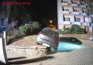 Žena v Brně při couvání najela na zídku, auto na ní beznadějně uvázlo. Spásou pro řidičkou byl zásah hasičů, i proto se událost obešla bez jakékoliv škody.