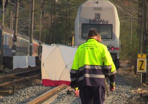 Smrt na kolejích: Vlak u Masarykova nádraží srazil muže, provoz je omezen