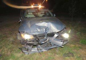Osmačtyřicetiletá žena v BMW zběsile ujížděla na Brněnsku policistům, důvodem byl alkohol. Poškodila několik aut, zastavila až o rodinný dům.