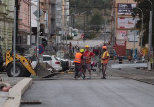 Rozsáhlá rekonstrukce Zenklovy ulice v Libni jde konečně do finále.